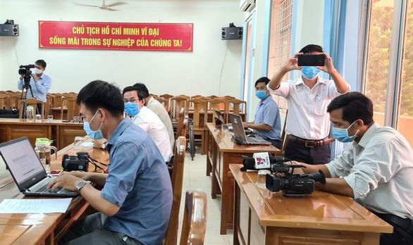 Bình Phước họp báo vụ Phó Chủ tịch HĐND huyện chống đối kiểm dịch COVID-19; Phố cổ Hà Nội kẻ vạch vôi, ngăn người mua bán tiếp xúc gần - Ảnh 1.