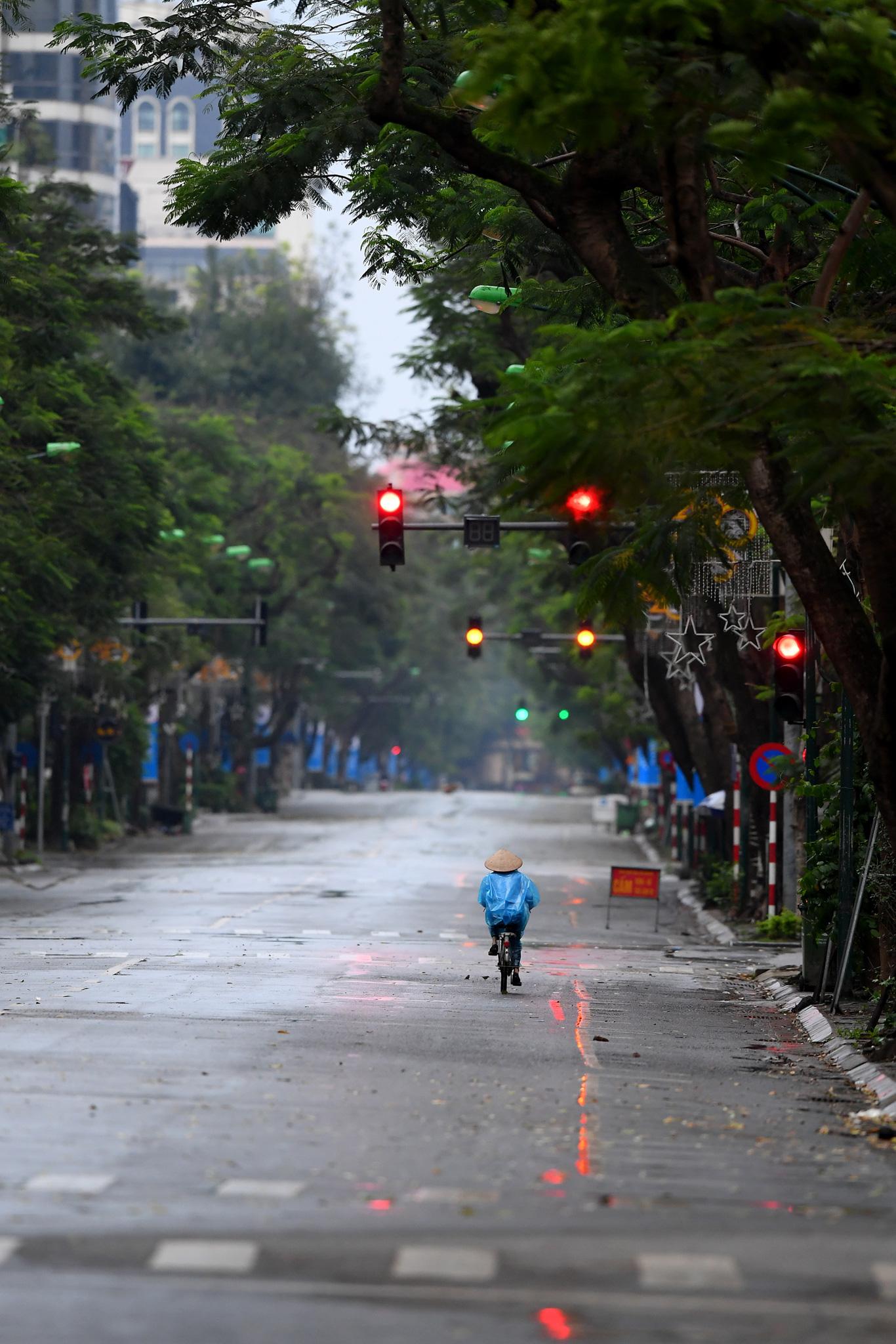 Bắt những khoảnh khắc lung linh của Hà Nội trong ngày giãn cách xã hội - Ảnh 9.