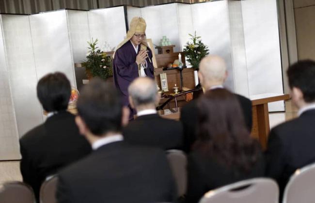 Nhật Bản: Xu hướng tang lễ nhỏ gọn với chi phí thấp và hình thức phúng điếu trực tuyến lên ngôi mùa dịch - Ảnh 1.