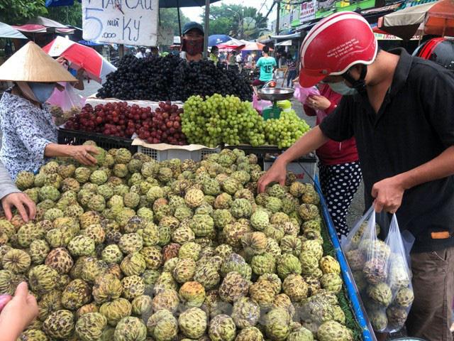 Trái cây mùa hè giá rẻ như cho vẫn ế  - Ảnh 2.