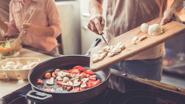 Nielsen: Việt Nam nằm trong Top 3 thị trường có xu hướng ăn tại nhà vì Covid-19 - Ảnh 1.