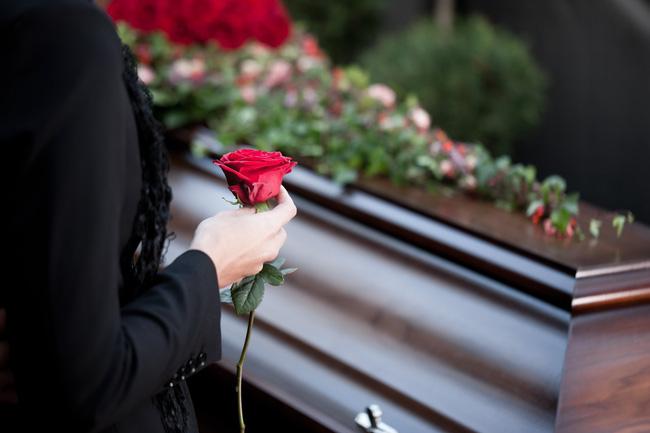 Đau khổ tại đám tang của vợ, chồng ngỡ ngàng nhìn thấy bạn đời trở về từ cõi chết và vạch trần âm mưu giết người tàn độc của mình - Ảnh 4.