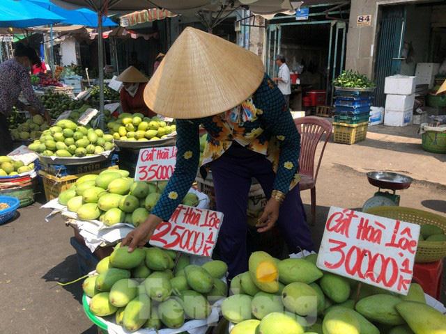 Trái cây mùa hè giá rẻ như cho vẫn ế  - Ảnh 3.
