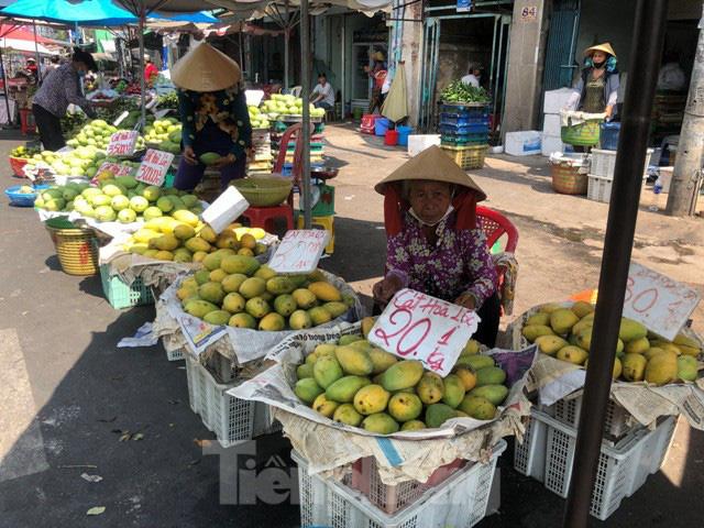 Trái cây mùa hè giá rẻ như cho vẫn ế  - Ảnh 4.