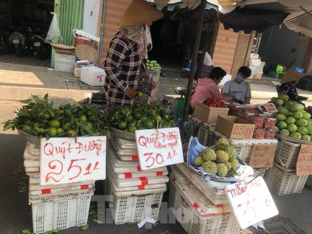 Trái cây mùa hè giá rẻ như cho vẫn ế  - Ảnh 5.