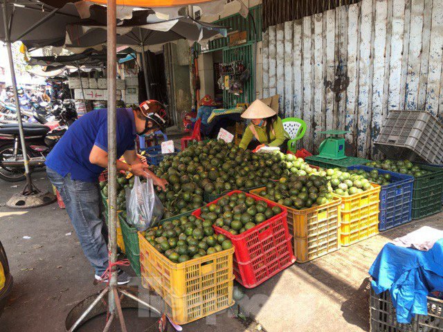 Trái cây mùa hè giá rẻ như cho vẫn ế  - Ảnh 9.