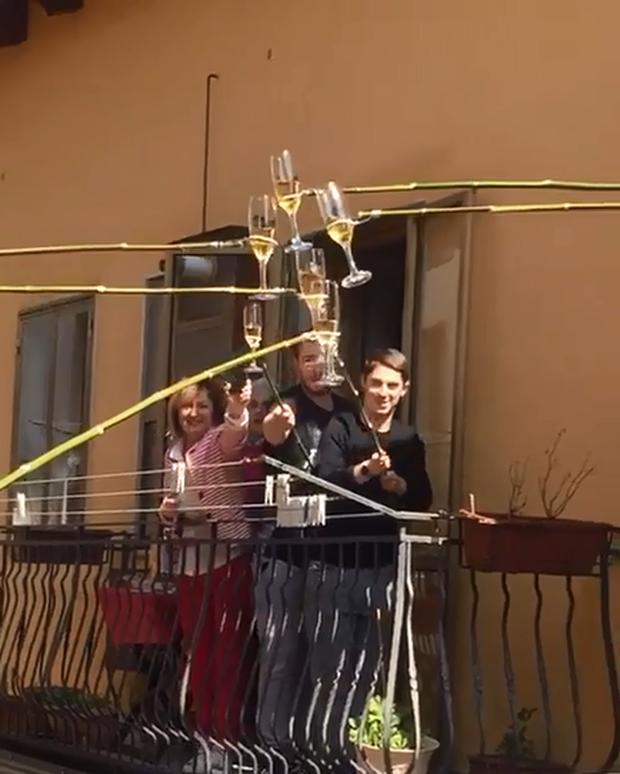 Không thể ra đường mùa dịch, người dân Ý tự cổ vũ nhau bằng hành động tình làng nghĩa xóm vô cùng ấm áp - Ảnh 2.