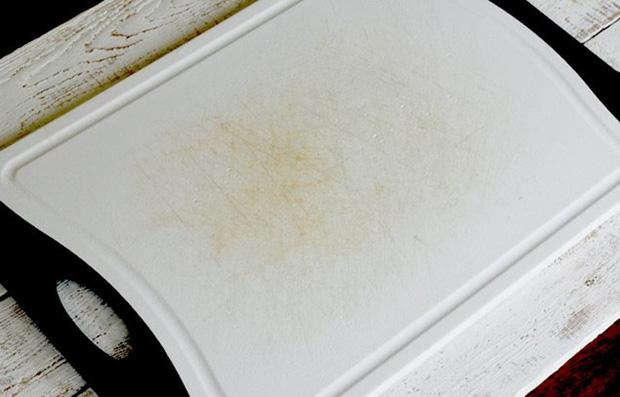 Biến thớt nhựa chằng chịt vết trầy xước thành trắng tinh như mới trong chưa đầy 1 phút - Ảnh 1.