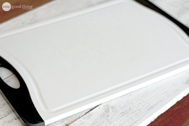 Biến thớt nhựa chằng chịt vết trầy xước thành trắng tinh như mới trong chưa đầy 1 phút - Ảnh 5.