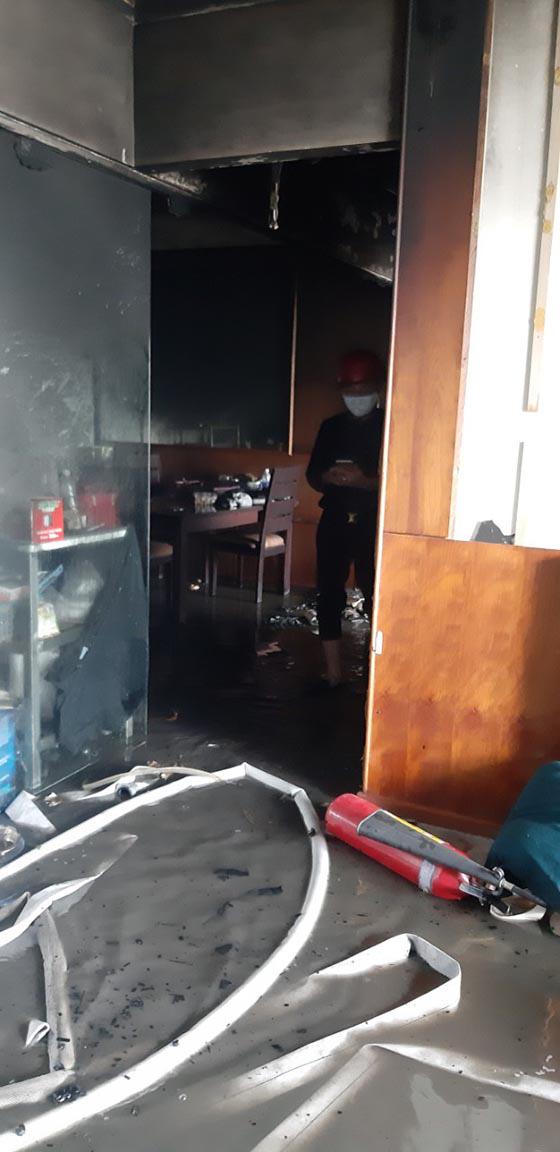 Cảnh sát phá cửa căn hộ, cứu 4 người mắc kẹt trong đám cháy ở chung cư Hoàng Anh Gia Lai tại Sài Gòn - Ảnh 1.