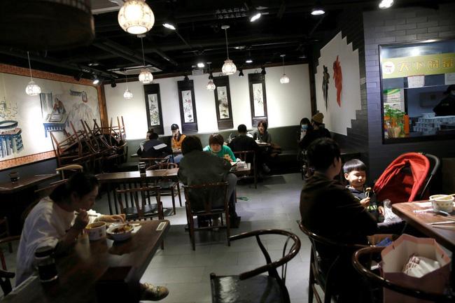 Đi ăn tại nhà hàng, 1 gia đình sau đó phát hiện bị nhiễm Covid-19 khiến những thực khách ngồi gần bị lây nhiễm, nghi ngờ do máy điều hòa không khí - Ảnh 1.