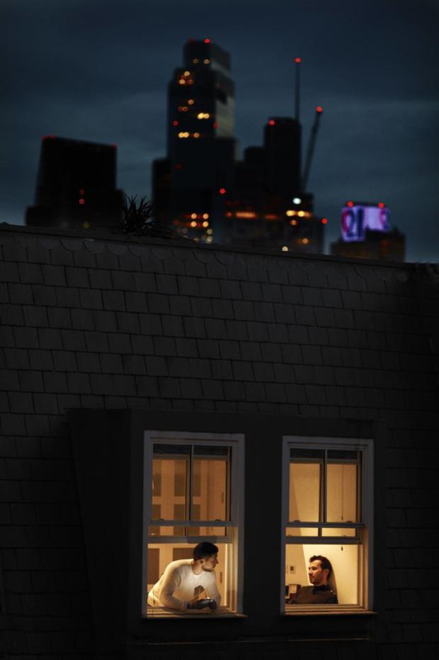 Nhiếp ảnh mùa dịch: Bộ ảnh qua khung cửa sổ hàng xóm trong những ngày ở nhà giãn cách xã hội - Ảnh 2.