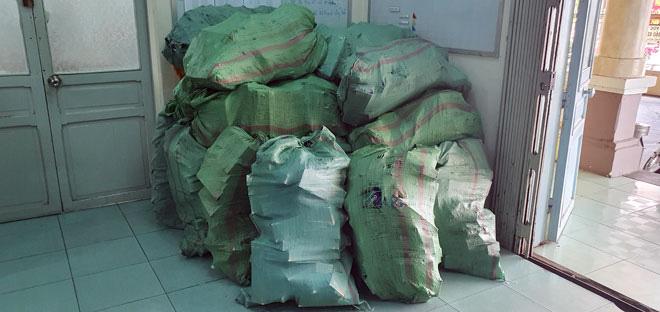 Vận chuyển 13 ngàn bao thuốc lá lậu trong đêm khuya - Ảnh 2.