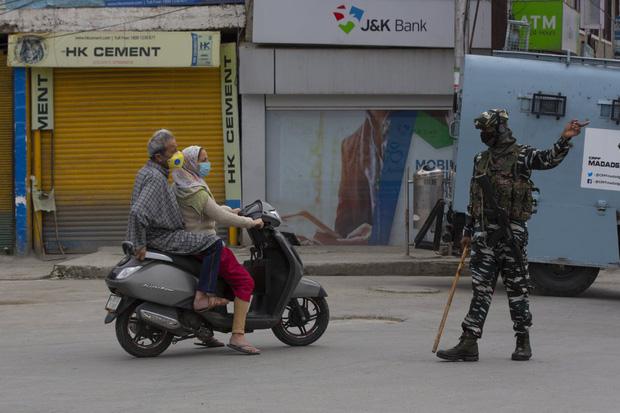 Quốc gia tỷ dân Ấn Độ trong những ngày phong tỏa: Đường phố tấp nập được thế chỗ bởi sự vắng vẻ và những hình phạt cứng rắn với người vi phạm - Ảnh 2.