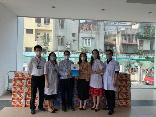 Trao tặng 16.000 sản phẩm nước uống tới 6 bệnh viện tuyến đầu chống dịch Covid-19 ở Hà Nội - Ảnh 1.