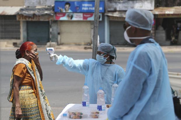 Quốc gia tỷ dân Ấn Độ trong những ngày phong tỏa: Đường phố tấp nập được thế chỗ bởi sự vắng vẻ và những hình phạt cứng rắn với người vi phạm - Ảnh 13.