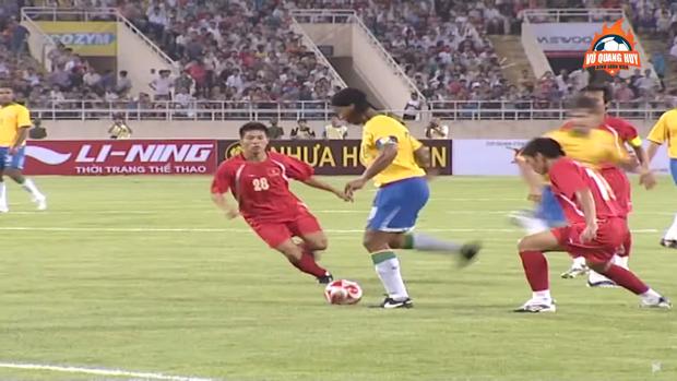 5 lần ông lớn của bóng đá thế giới đối đầu với Đội tuyển Việt Nam: Lionel Messi lỡ hẹn, huyền thoại từng chịu cảnh tù đày Ronaldinho góp mặt - Ảnh 3.