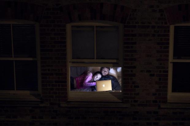 Nhiếp ảnh mùa dịch: Bộ ảnh qua khung cửa sổ hàng xóm trong những ngày ở nhà giãn cách xã hội - Ảnh 3.