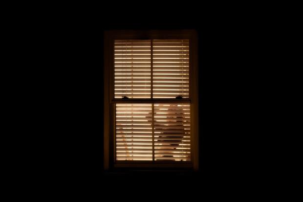 Nhiếp ảnh mùa dịch: Bộ ảnh qua khung cửa sổ hàng xóm trong những ngày ở nhà giãn cách xã hội - Ảnh 4.