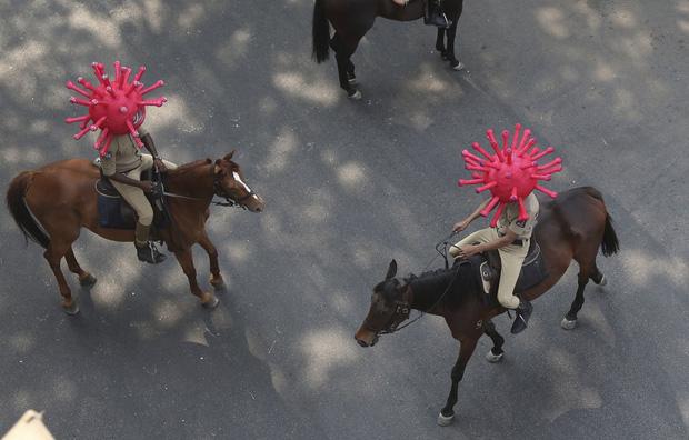 Quốc gia tỷ dân Ấn Độ trong những ngày phong tỏa: Đường phố tấp nập được thế chỗ bởi sự vắng vẻ và những hình phạt cứng rắn với người vi phạm - Ảnh 4.