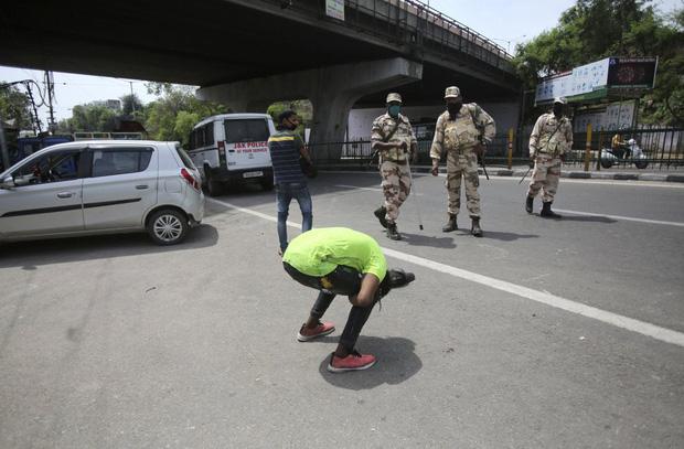 Quốc gia tỷ dân Ấn Độ trong những ngày phong tỏa: Đường phố tấp nập được thế chỗ bởi sự vắng vẻ và những hình phạt cứng rắn với người vi phạm - Ảnh 9.