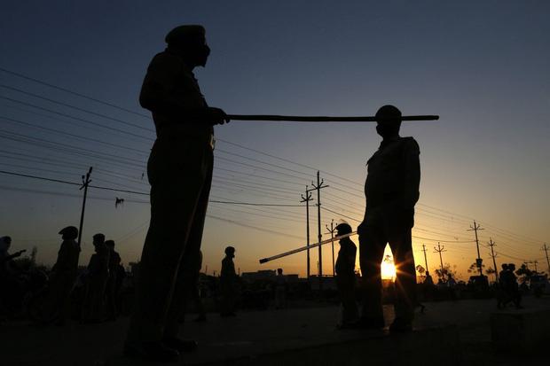 Quốc gia tỷ dân Ấn Độ trong những ngày phong tỏa: Đường phố tấp nập được thế chỗ bởi sự vắng vẻ và những hình phạt cứng rắn với người vi phạm - Ảnh 10.