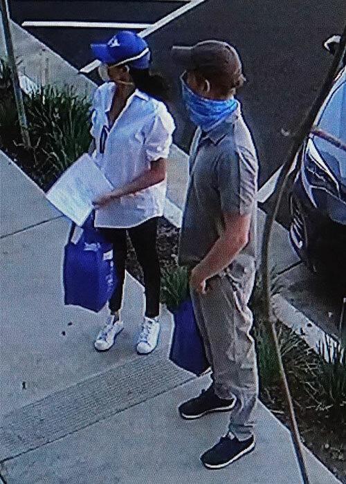 Meghan Markle cùng chồng lần đầu lộ diện ở Mỹ, đeo khẩu trang và găng tay đi phát thức ăn từ thiện nhưng gây chú ý với vẻ ngoài xuống sắc - Ảnh 3.
