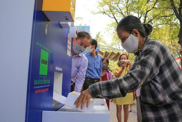 Cận cảnh ATM thực phẩm miễn phí dành cho người nghèo - Ảnh 9.