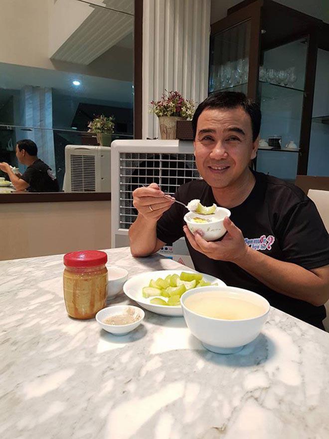 Bữa sáng đạm bạc và sở thích ăn uống của MC giàu nhất Việt Nam Quyền Linh - Ảnh 1.