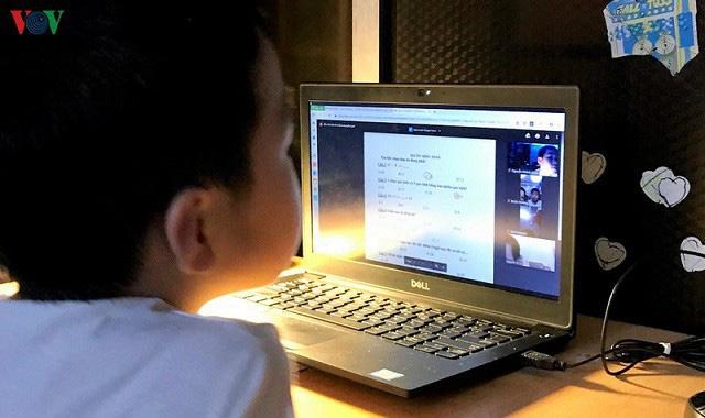 Học trực tuyến mùa dịch Covid-19: Bảo vệ đôi mắt của trẻ như thế nào? - Ảnh 1.