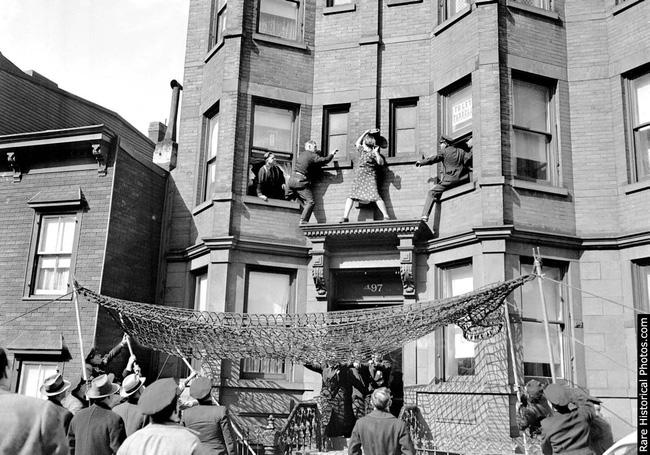 Người phụ nữ vung tay chống trả cảnh sát trên gờ tường và câu chuyện phía sau bức ảnh khiến nhiều người xót xa - Ảnh 1.