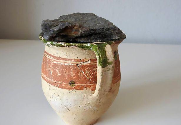 Chiếc bình cổ dưới nền nhà hé lộ bí ẩn 300 năm của vị mục sư - Ảnh 1.
