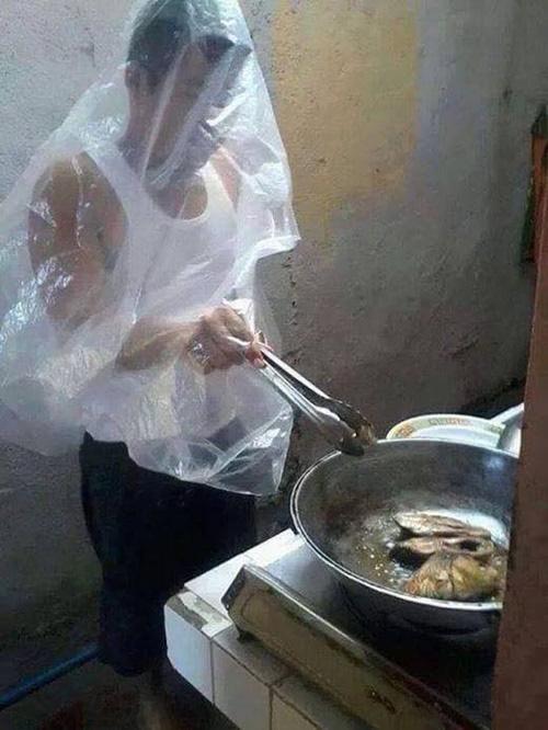 Hội chị em đua nhau khoe ảnh dìm hàng mấy ông chồng khi đang vào bếp những ngày nghỉ dịch, thật sự trông ai cũng tội nhưng vẫn không nhịn được cười - Ảnh 7.