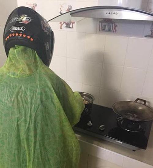 Hội chị em đua nhau khoe ảnh dìm hàng mấy ông chồng khi đang vào bếp những ngày nghỉ dịch, thật sự trông ai cũng tội nhưng vẫn không nhịn được cười - Ảnh 8.