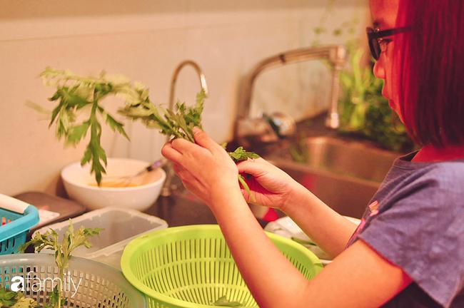 Bé gái ở Hà Nội cấp 1 đã biết đi chợ nấu cơm cùng mẹ, nấu được cả những món đến người lớn cũng lắc đầu lè lưỡi chịu thua - Ảnh 2.