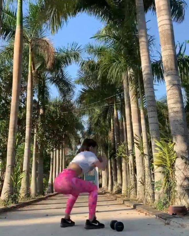 Miệt mài tập tành giữ body lại bị cà khịa ở dơ, bạn gái Lâm Tây đáp gọn lỏn: Vườn nhà 3 mẫu nên không quét nổi - Ảnh 2.