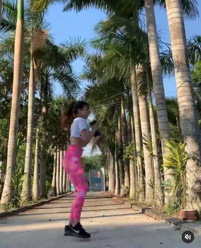 Miệt mài tập tành giữ body lại bị cà khịa ở dơ, bạn gái Lâm Tây đáp gọn lỏn: Vườn nhà 3 mẫu nên không quét nổi - Ảnh 3.