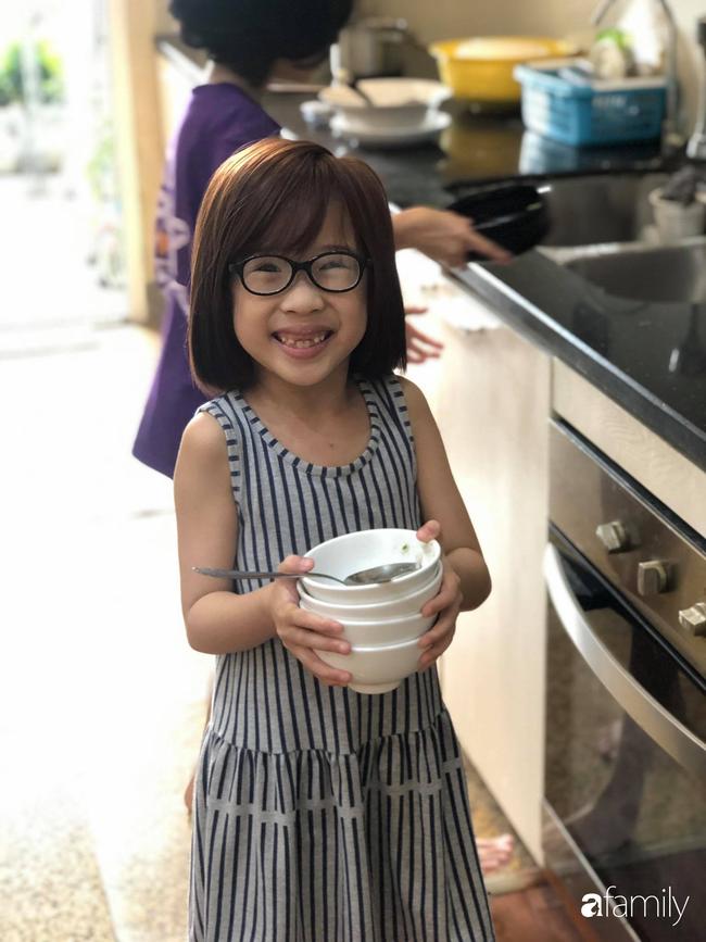 Bé gái ở Hà Nội cấp 1 đã biết đi chợ nấu cơm cùng mẹ, nấu được cả những món đến người lớn cũng lắc đầu lè lưỡi chịu thua - Ảnh 5.