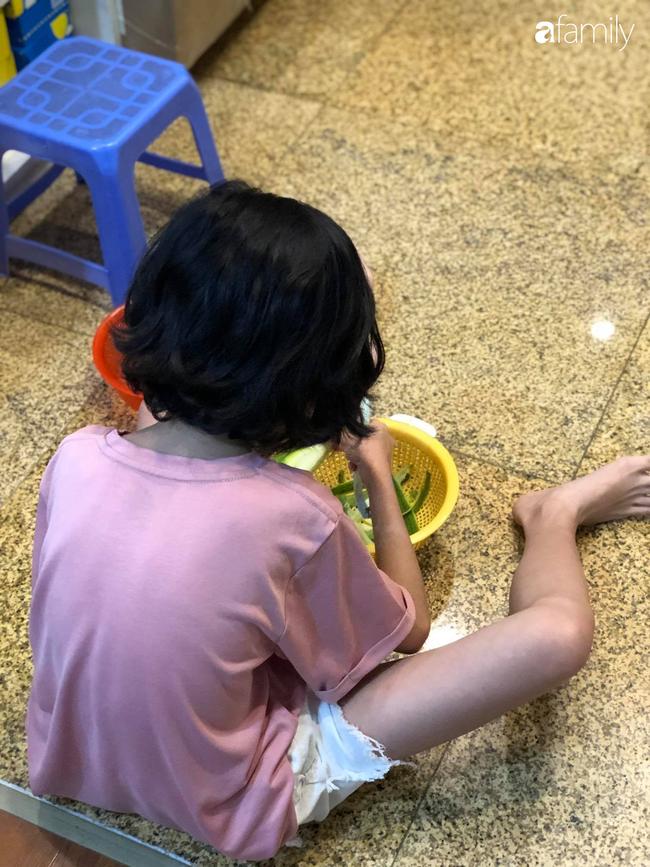 Bé gái ở Hà Nội cấp 1 đã biết đi chợ nấu cơm cùng mẹ, nấu được cả những món đến người lớn cũng lắc đầu lè lưỡi chịu thua - Ảnh 6.