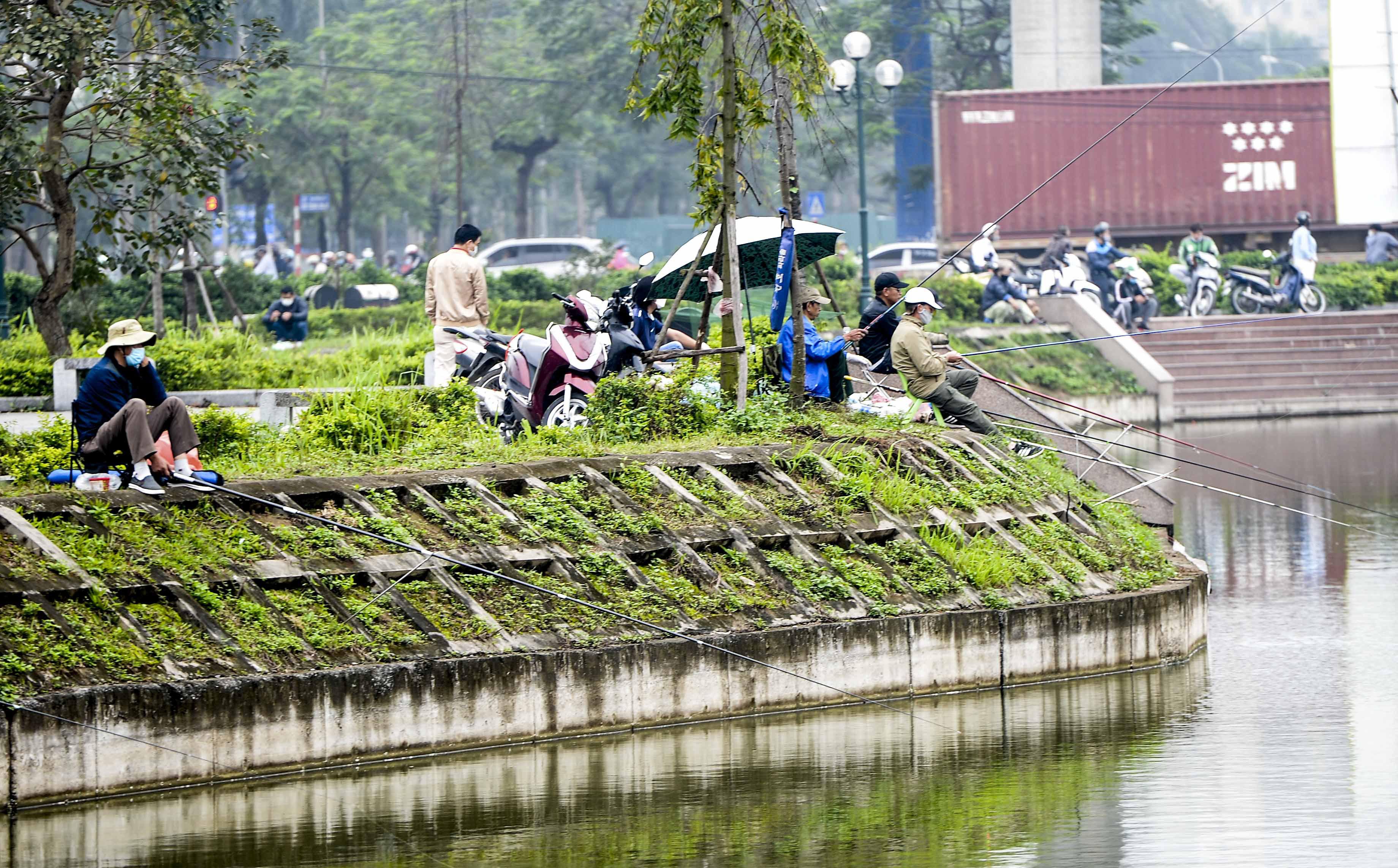 Hàng chục người thả cần câu cá ở Hà Nội trong ngày thứ 2 thực hiện cách ly toàn xã hội