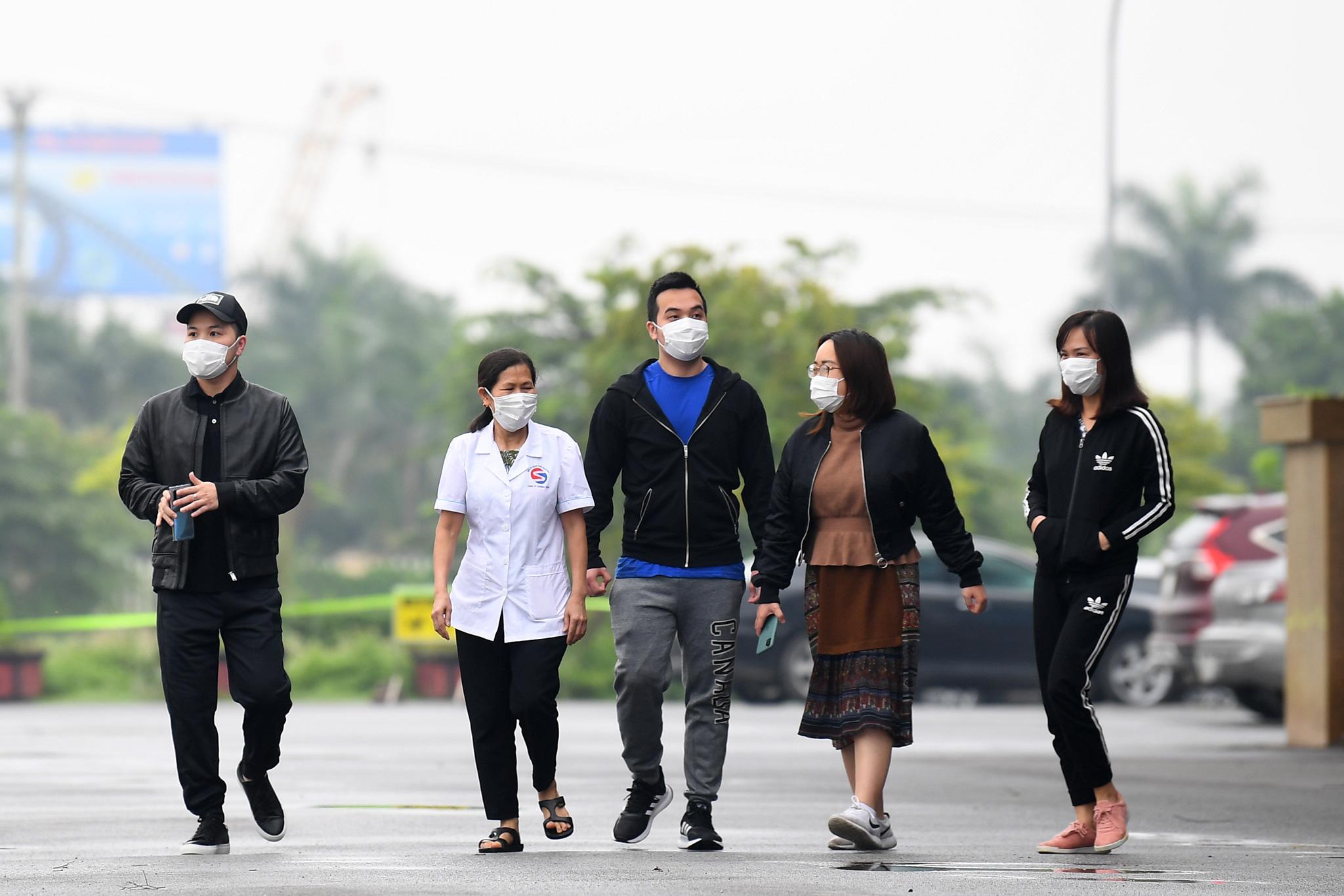 Bệnh nhân người Pháp vỗ tay không ngớt bày tỏ cảm ơn, khen ngợi bác sĩ Việt Nam trong ngày ra viện - Ảnh 4.