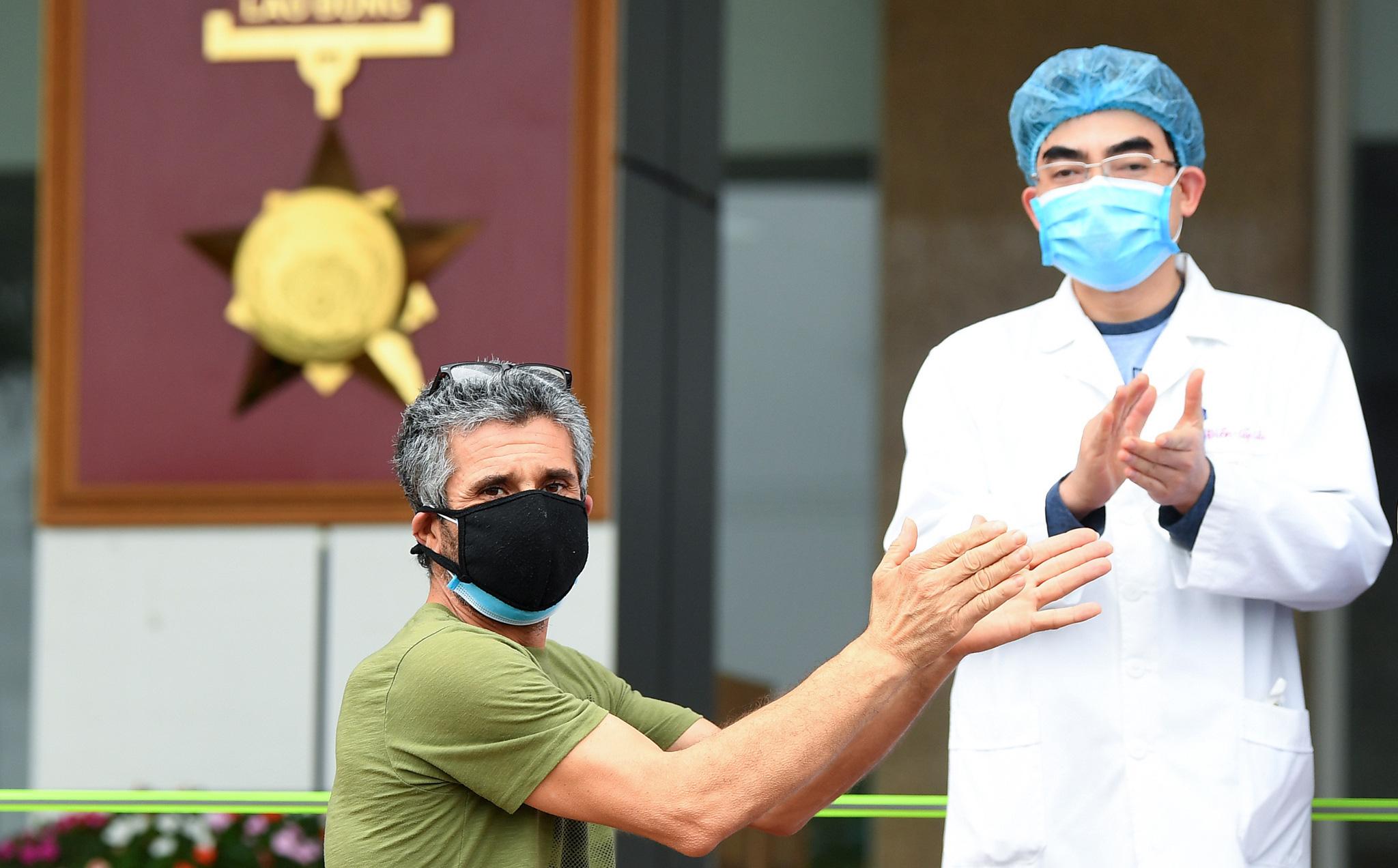 Bệnh nhân người Pháp vỗ tay không ngớt bày tỏ cảm ơn, khen ngợi bác sĩ Việt Nam trong ngày ra viện