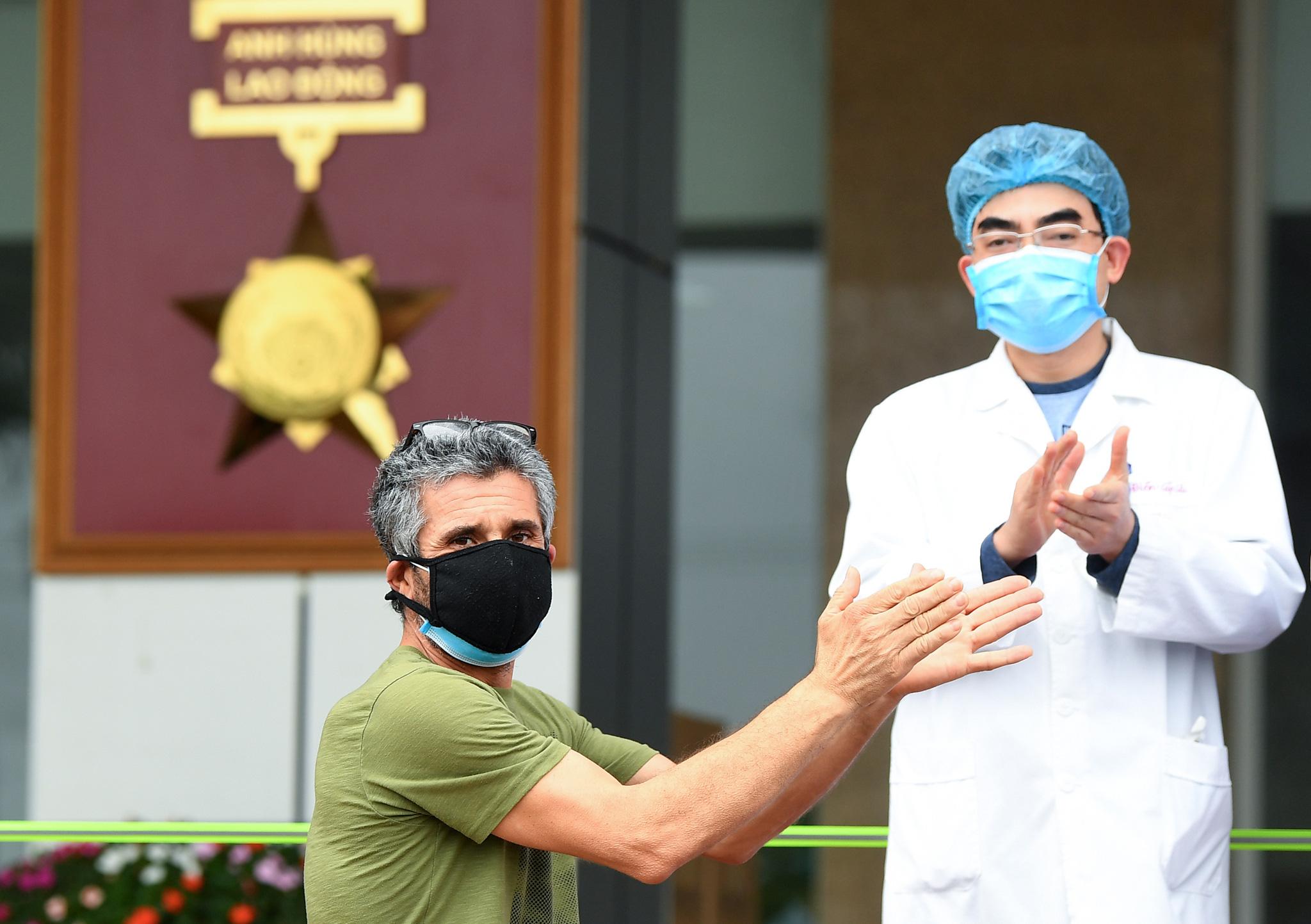 Bệnh nhân người Pháp vỗ tay không ngớt bày tỏ cảm ơn, khen ngợi bác sĩ Việt Nam trong ngày ra viện - Ảnh 2.