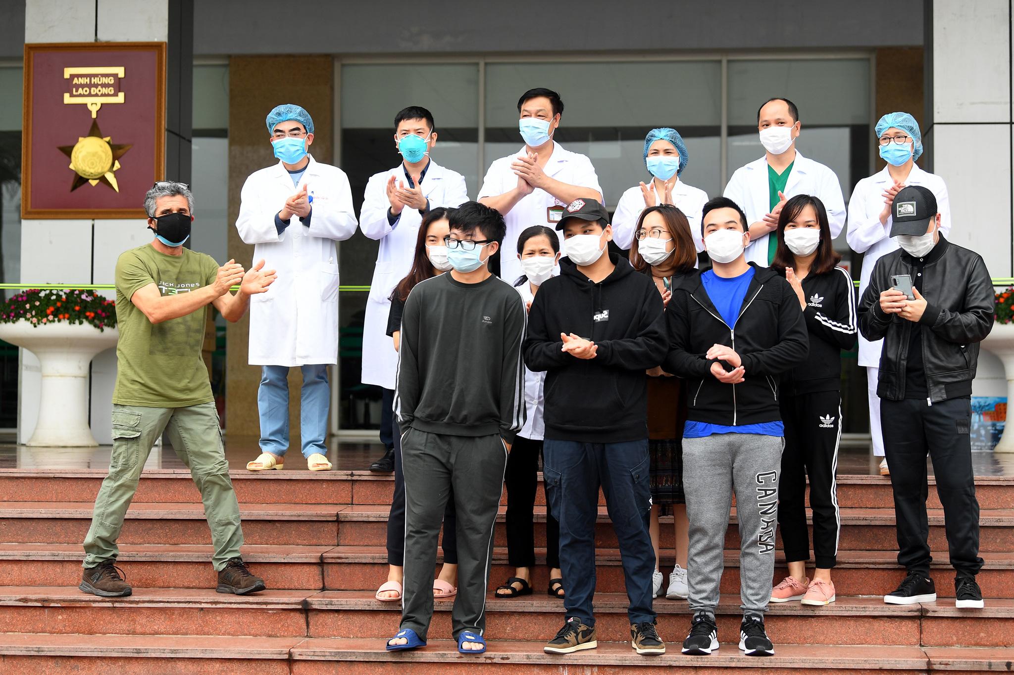 Bệnh nhân người Pháp vỗ tay không ngớt bày tỏ cảm ơn, khen ngợi bác sĩ Việt Nam trong ngày ra viện - Ảnh 1.