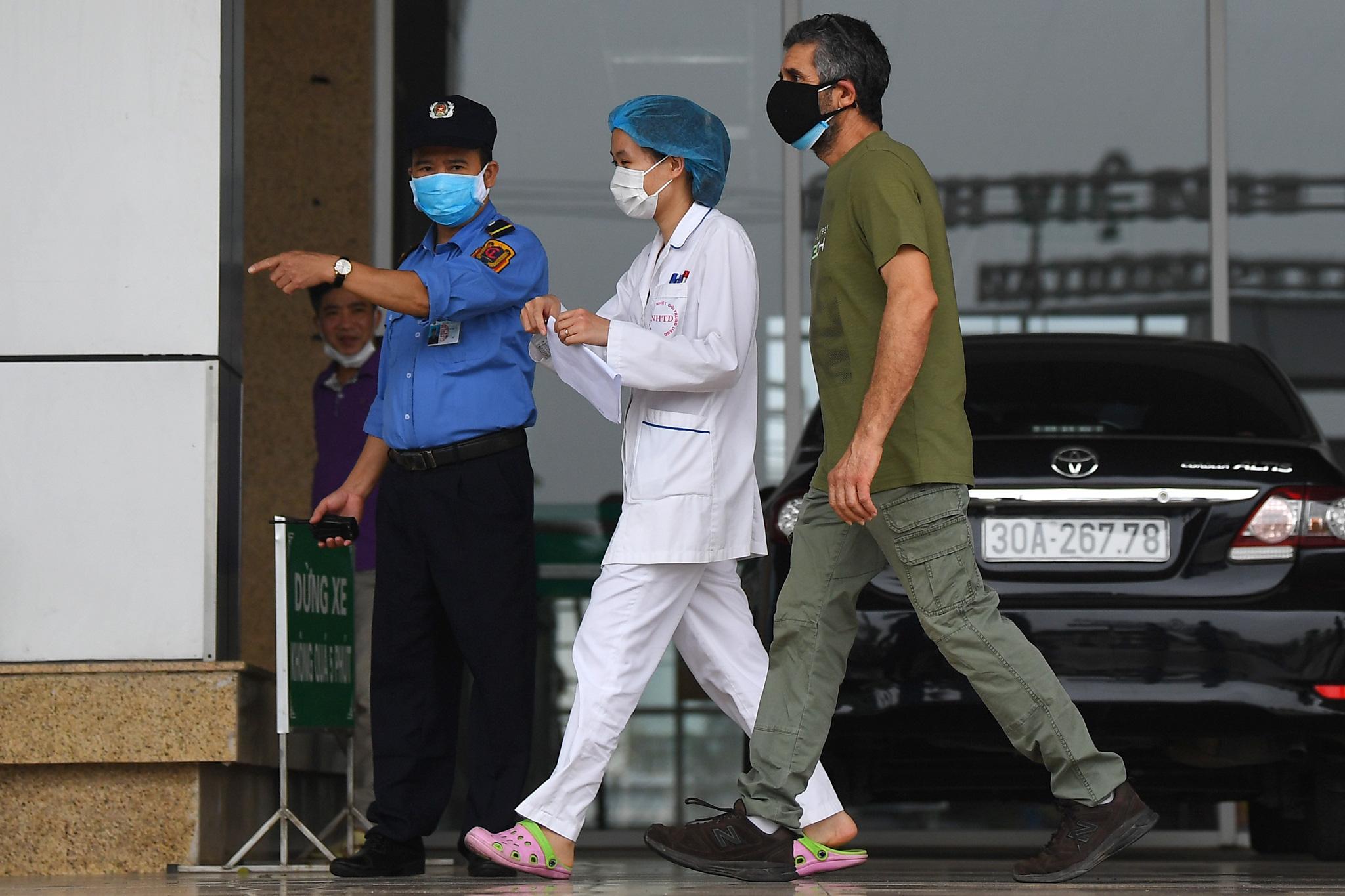 Bệnh nhân người Pháp vỗ tay không ngớt bày tỏ cảm ơn, khen ngợi bác sĩ Việt Nam trong ngày ra viện - Ảnh 6.