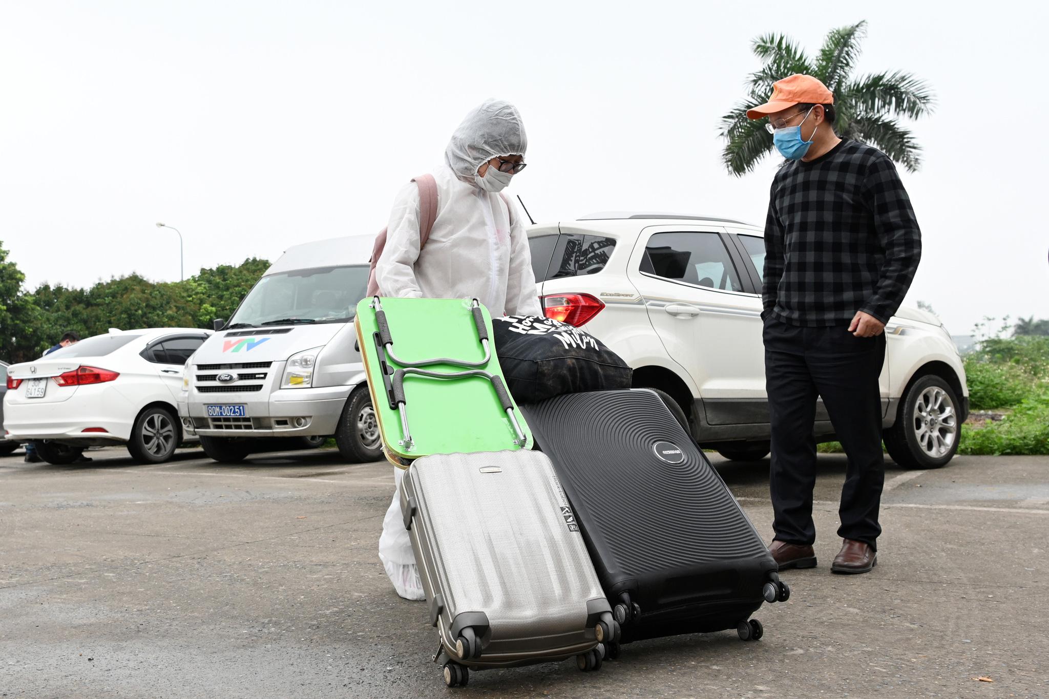 Bệnh nhân người Pháp vỗ tay không ngớt bày tỏ cảm ơn, khen ngợi bác sĩ Việt Nam trong ngày ra viện - Ảnh 8.