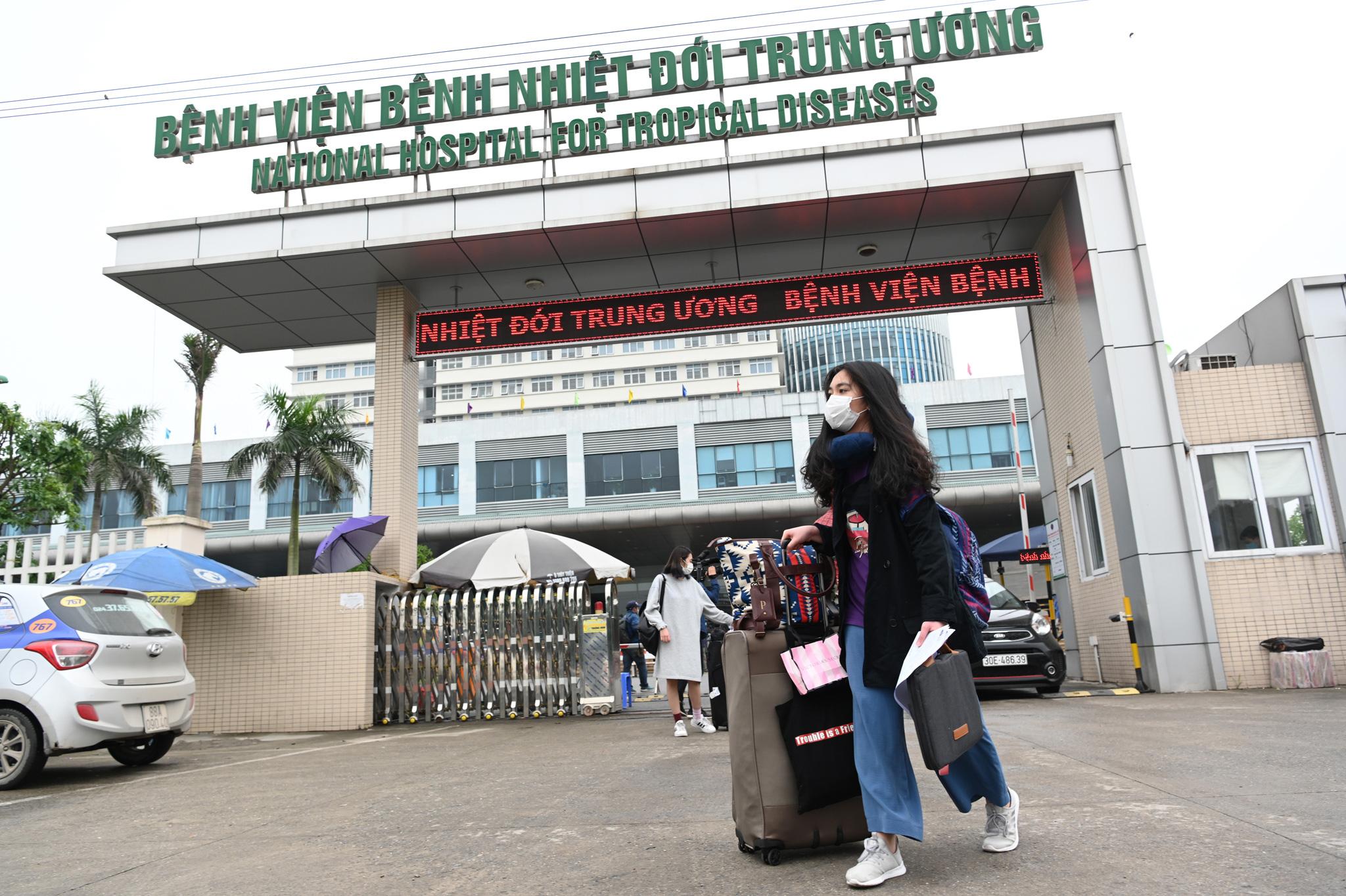 Bệnh nhân người Pháp vỗ tay không ngớt bày tỏ cảm ơn, khen ngợi bác sĩ Việt Nam trong ngày ra viện - Ảnh 9.