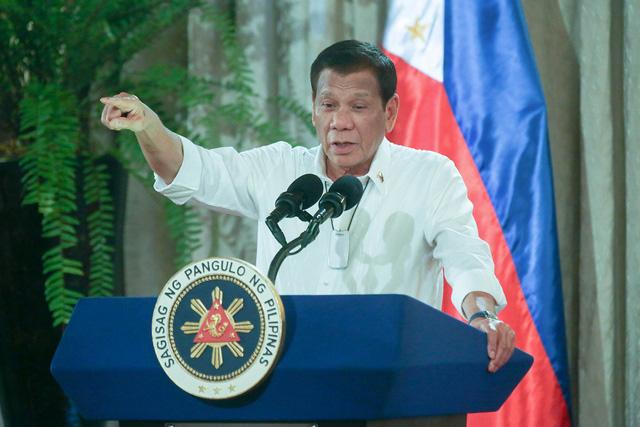 Philippines căng thẳng vì COVID-19, TT Duterte cho phép cảnh sát, quân đội bắn hạ người chống lệnh phong tỏa - Ảnh 2.