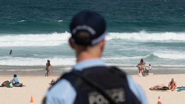 Bị yêu cầu rời khỏi bãi biển đang đóng cửa vì đại dịch Covid-19, người đàn ông Úc tấn công và nhổ nước bọt lên người cảnh sát - Ảnh 2.