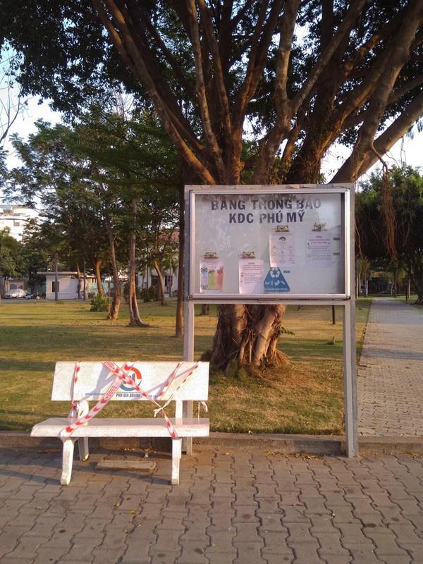 Lý giải sau hình ảnh ghế đá công viên bị 'phong toả' tại TPHCM - ảnh 1